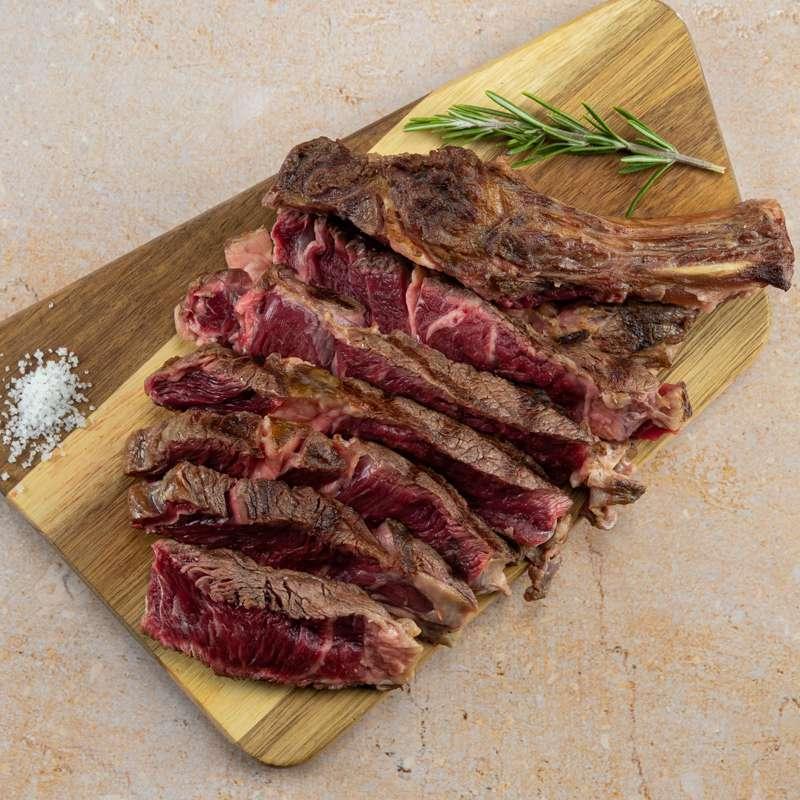 Belle côte de bœuf Angus cuite au BBQ puis coupée en tranches épaisses (3-400g ss os, après cuisson. Pour 1 à 2)