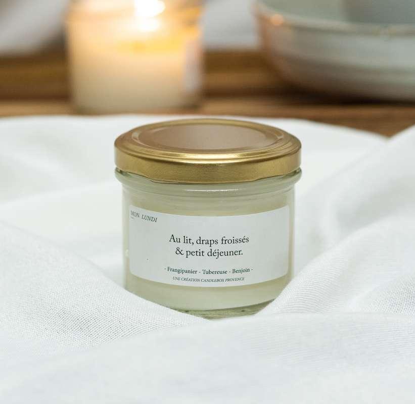Bougie Au Lit, draps froissés et petit-déjeuner - Frangipane, Candlebox Provence (200 g)
