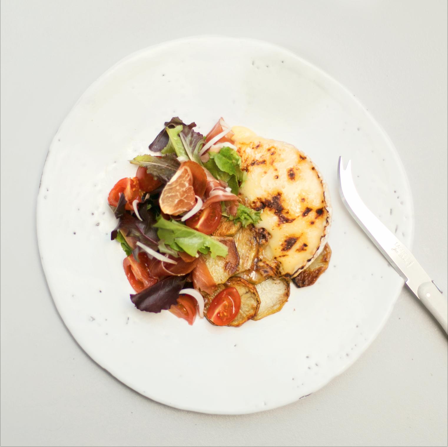Kit Camembert rôti, pommes sautées, mesclun, parme (pour 2-4)