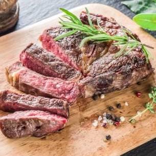 Belle côte de boeuf cuite au BBQ, puis coupée en tranches épaisses (7-800g ss os, après cuisson. Pour 2 à 4)
