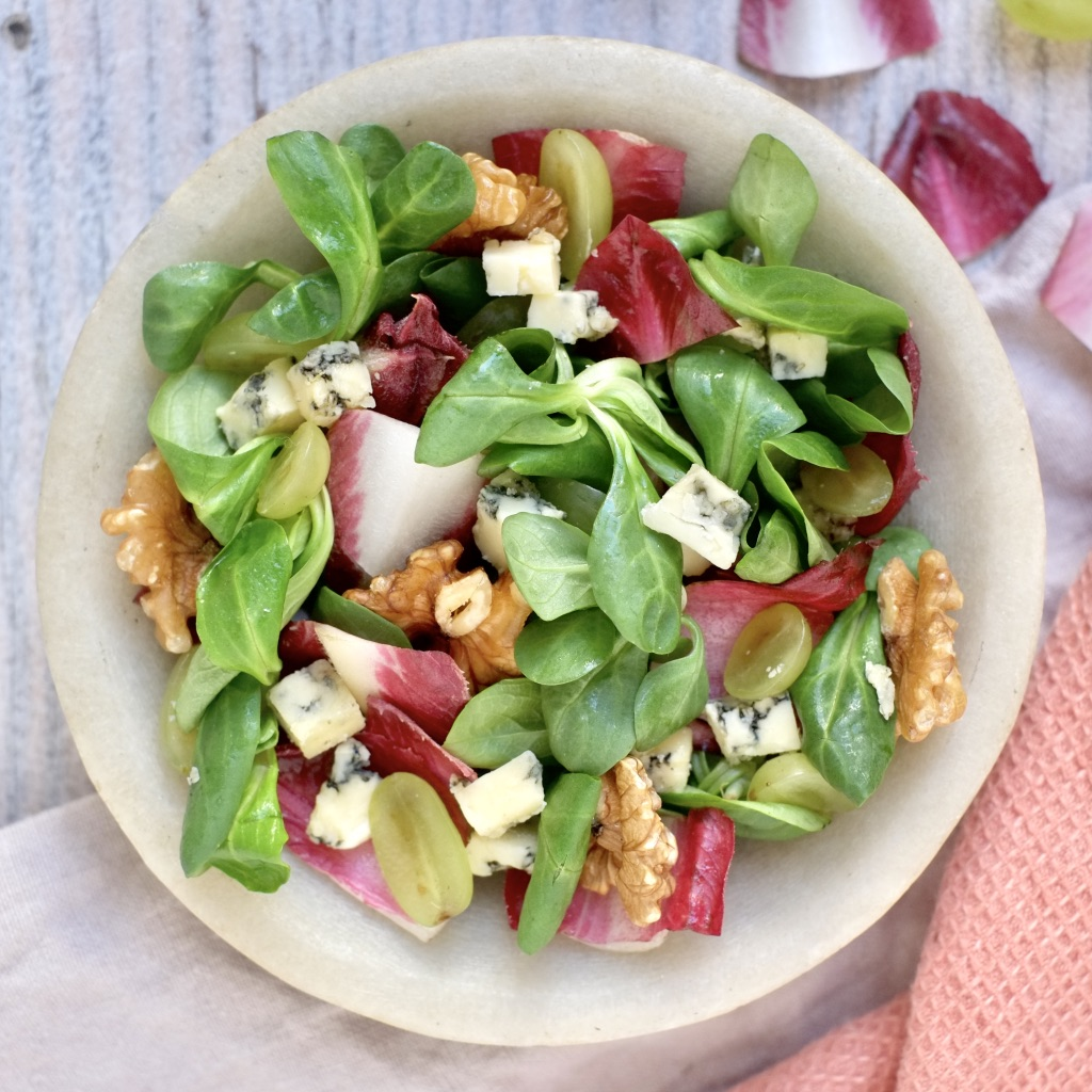 Petite salade d'endive, bleu, raisin et noix