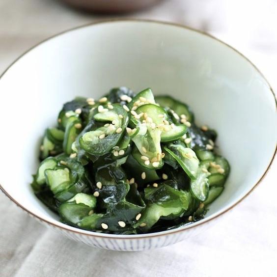 Salade d'algues wakamé, concombre et sésame