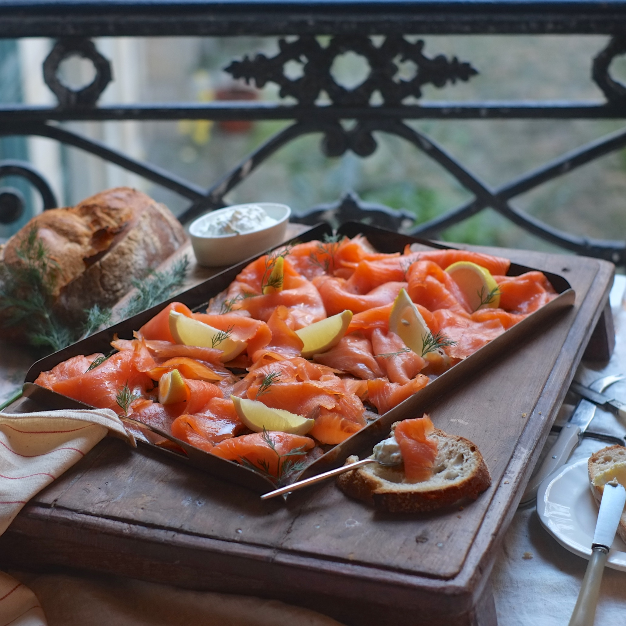 Grande planche de Saumon fumé, crème fraîche, citron