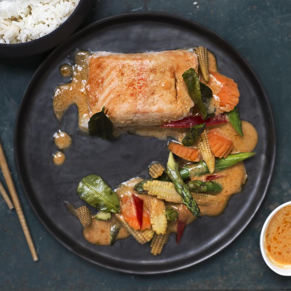 Saumon thaï au curry rouge, légumes croquants et riz