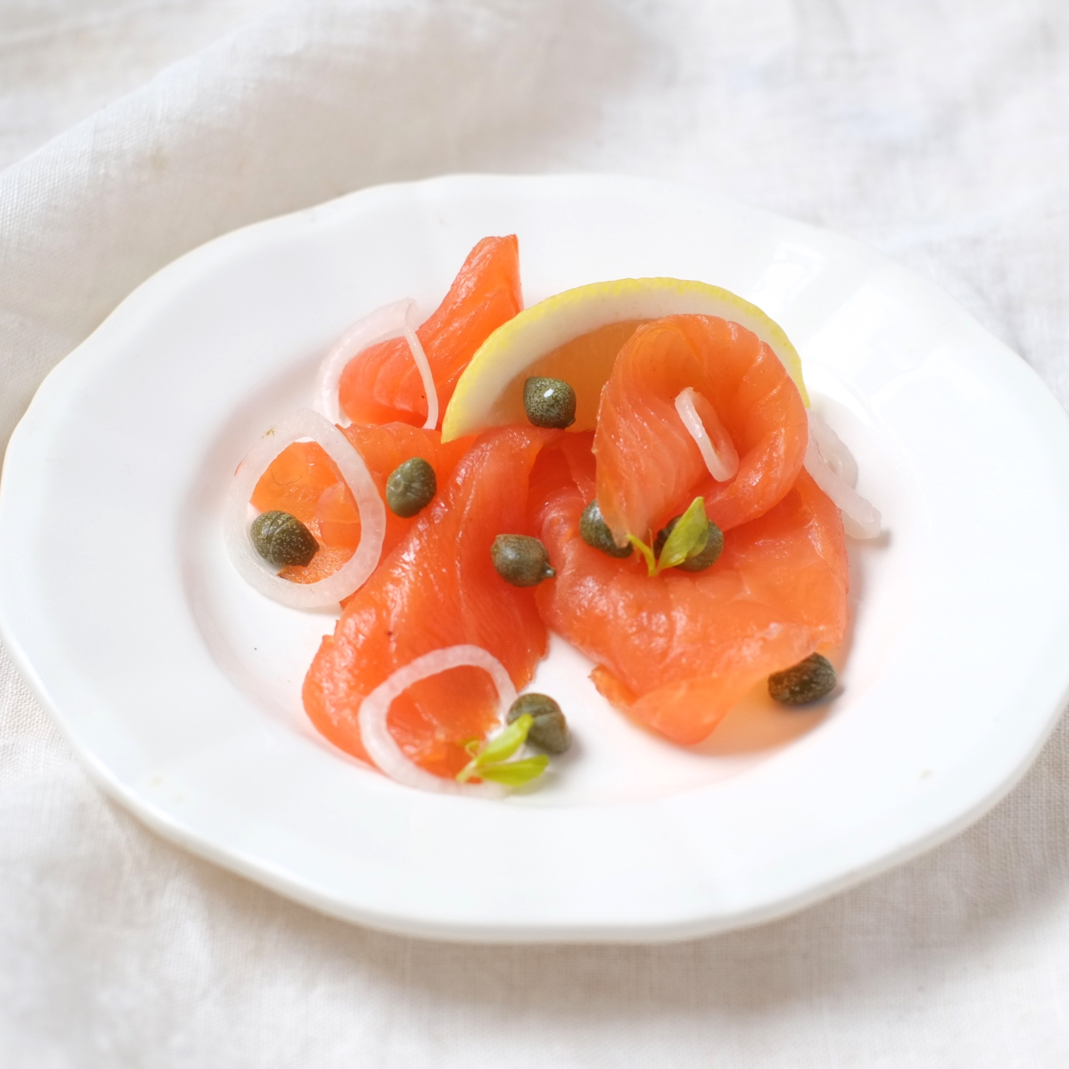 Saumon fumé, câpres et oignon rouge en rondelle
